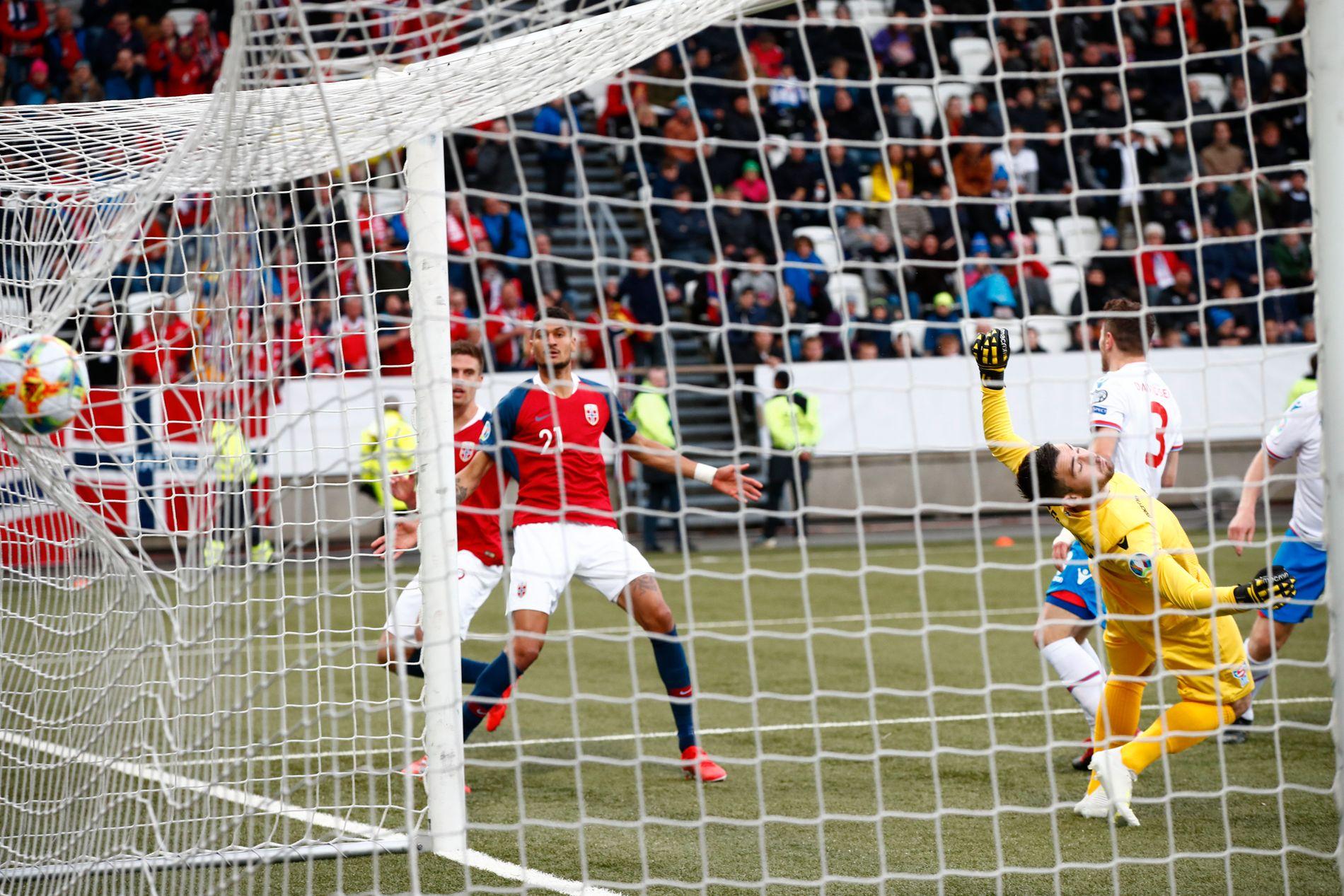 I LEDELSEN: Bjørn Maars Johnsen begynner å feire etter å ha headet ballen i mål via Færøyenes keeper.