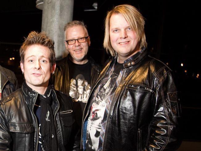 TØFFE KARER: Lars Erik Blokkhus (tv) og bassist Tommy Elstad (th) var med og reddet en mann ut av et røykfylt hybelhus i helgen. Her sammen med Plumbo-trommis Hasse Rønningen (midten).