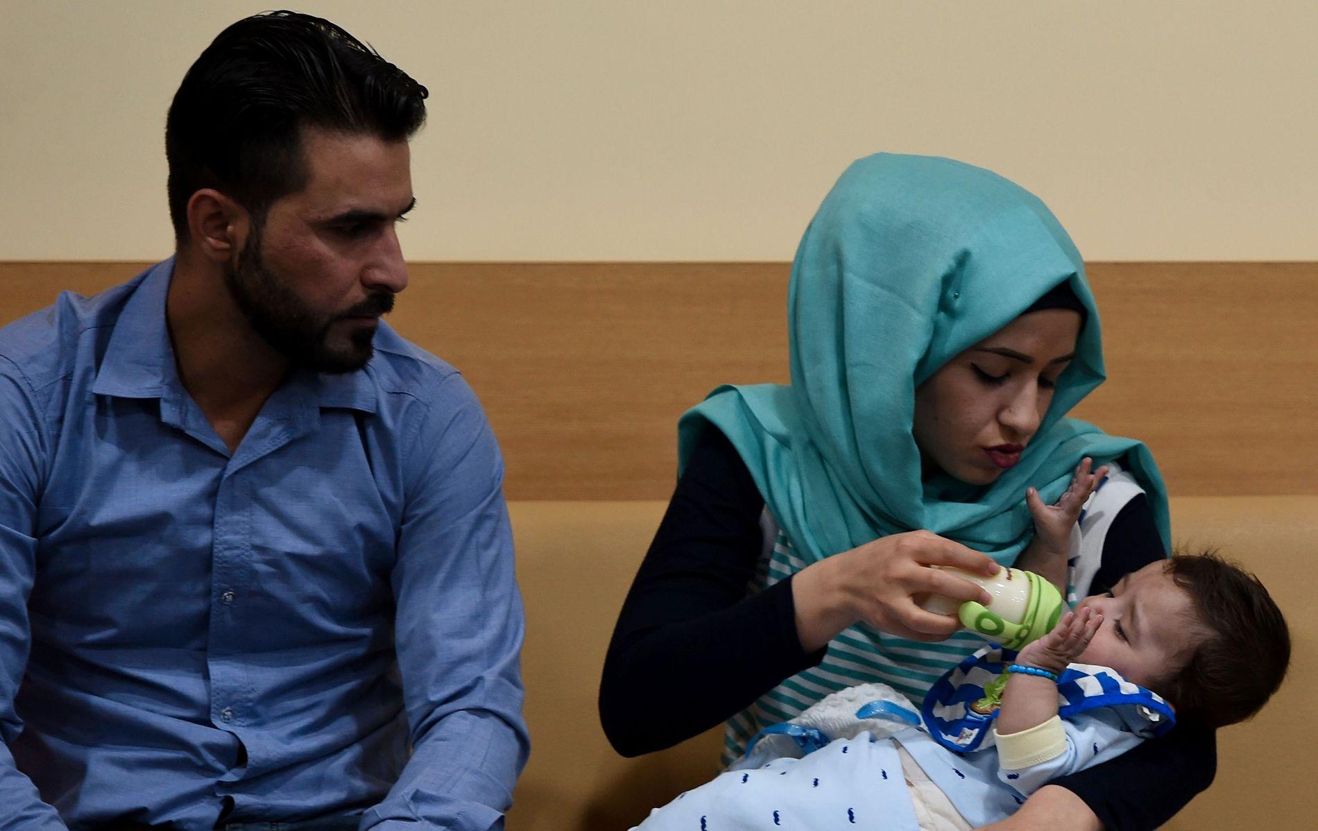 FAMILIE PÅ TRE: Mamma Gufran Ali med Karam i armene mens pappa Sarwed Ahmed Nadar ser på.