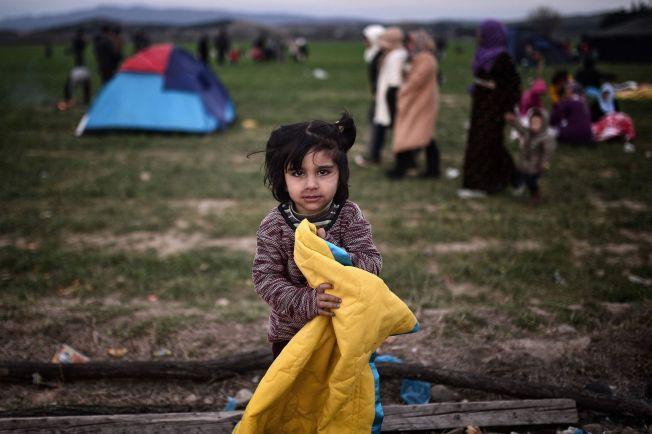 GAVE: Denne jenta fikk et teppe i gave fra en frivillig på grensen til Makedonia.