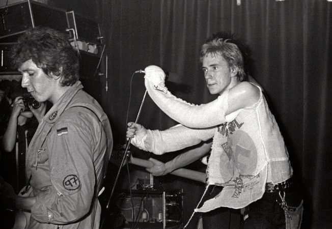LEGENDENE: Sex Pistols ved Johnny Rotten (til høyre) og Steve Jones under deres legendariske konsert på Pingvin Club i Oslo i 1977. Nå har den norske punk-bevegelsen blitt tv-serie og senere film.