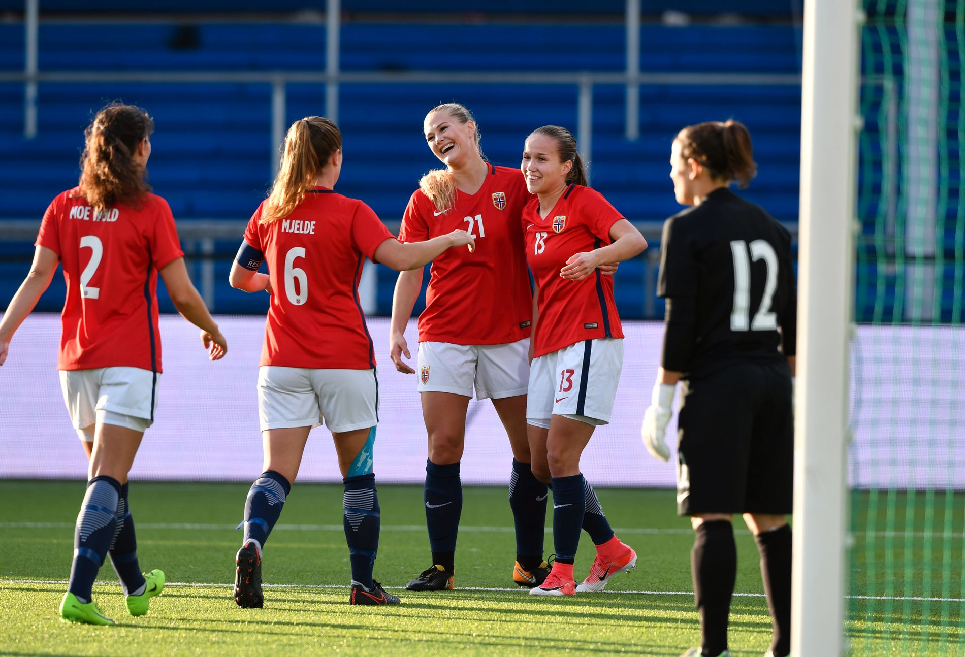 DOBLET STØTTE: Den nye honoraravtalen for landslagene innebærer nær en dobling av utbetalingene til kvinnelandslaget. Her feirer (f.v.) Ingrid Wold, Maren Mjelde, Lisa-Marie Utland og målscorer Guro Reiten over scoring mot Slovakia i september.