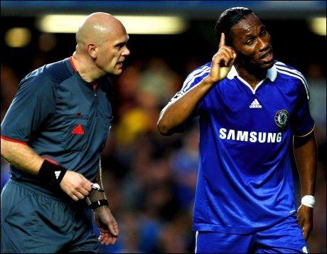 SINNA: En hel fotballverden så at Drogba og Chelsea-stjernene angrep Tom Henning Øvrebø. Foto: Fredrik Solstad