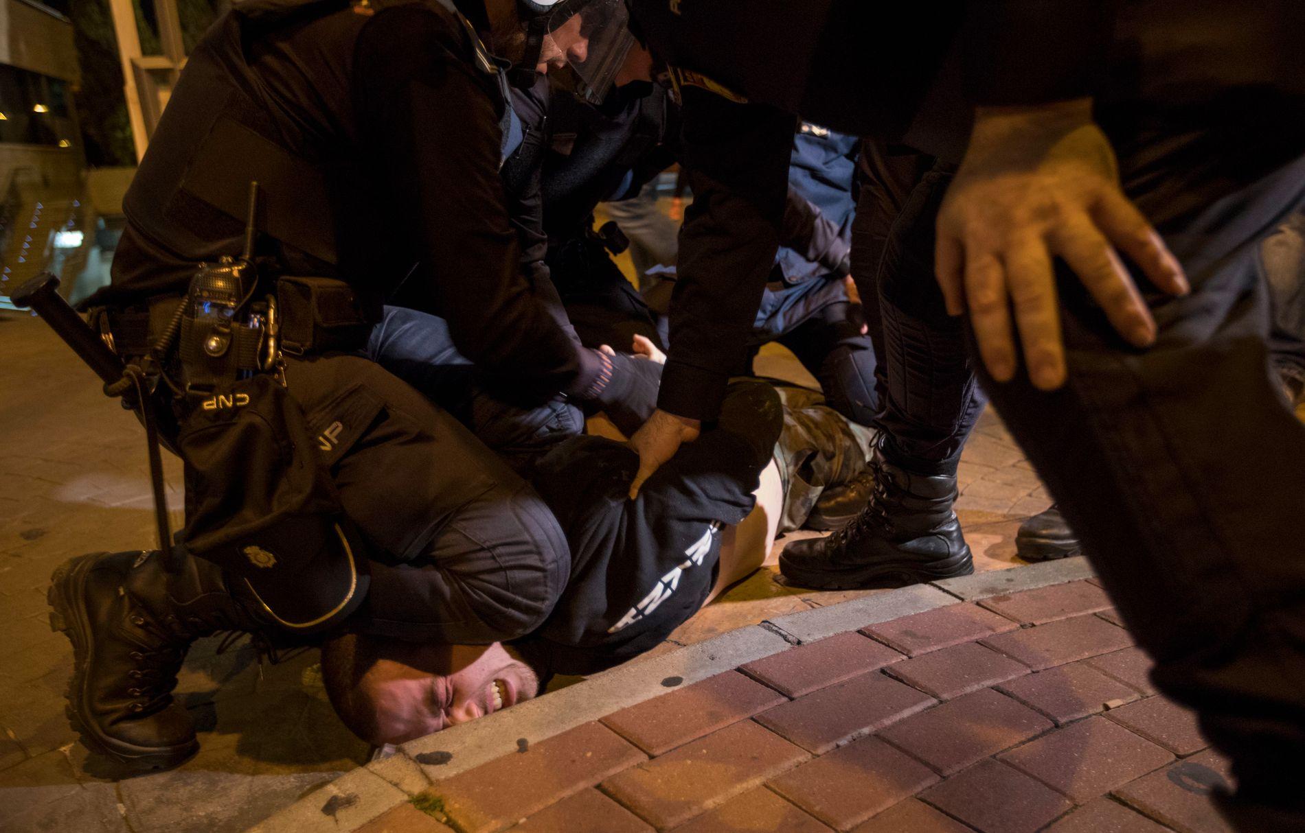 DEMONSTRASJONER: Det har vært flere demonstrasjoner mot Vox sin fremgang i Spania. Her blir en motdemonstrant anholdt av politiet i Murcia 14. november.