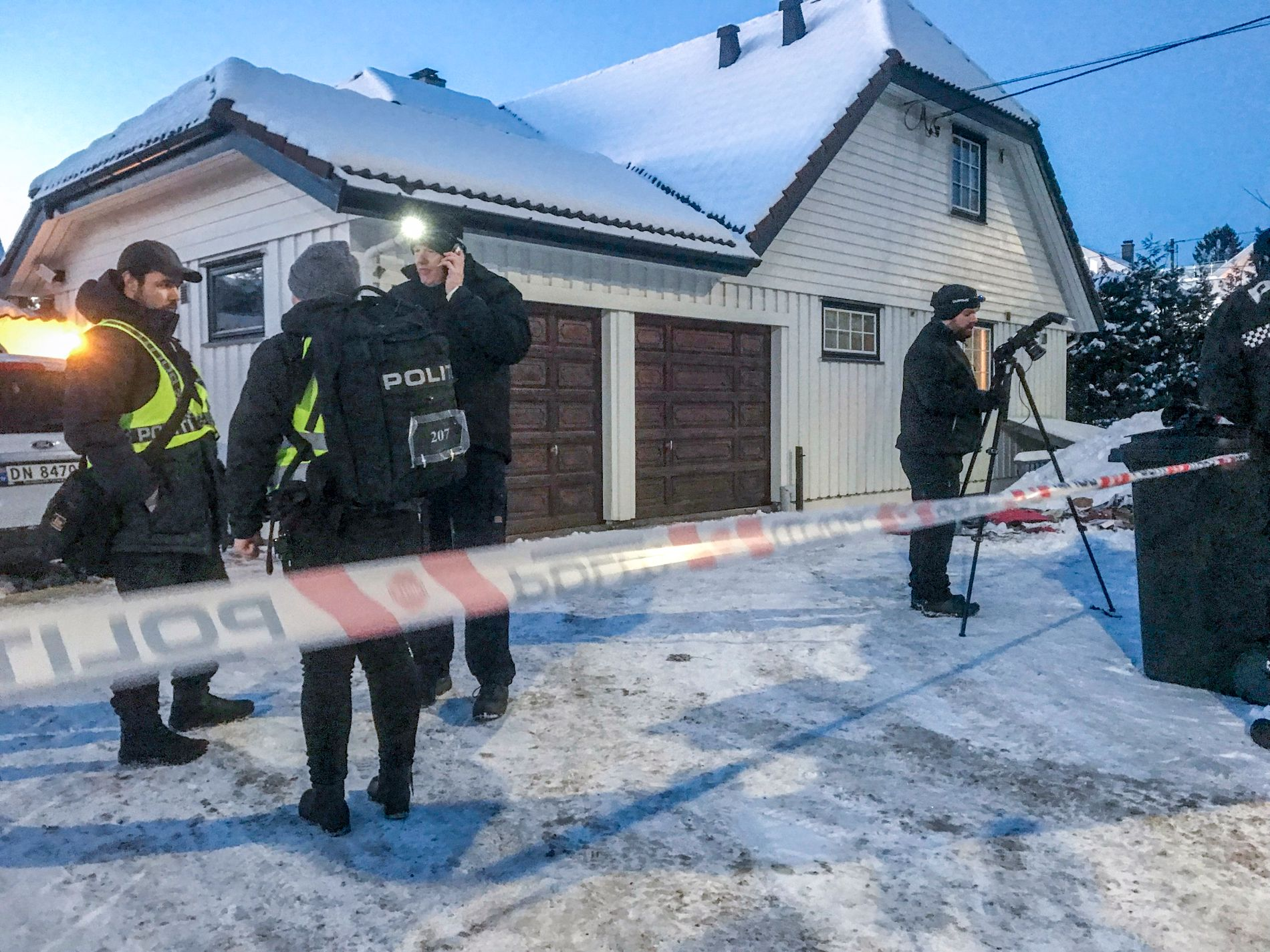 ETTERFORSKER BRANN: Rundt klokken 14.00 torsdag fikk politiet melding om brann i en søppelbøtte utenfor boligen til justisminister Tor Mikkel Wara.