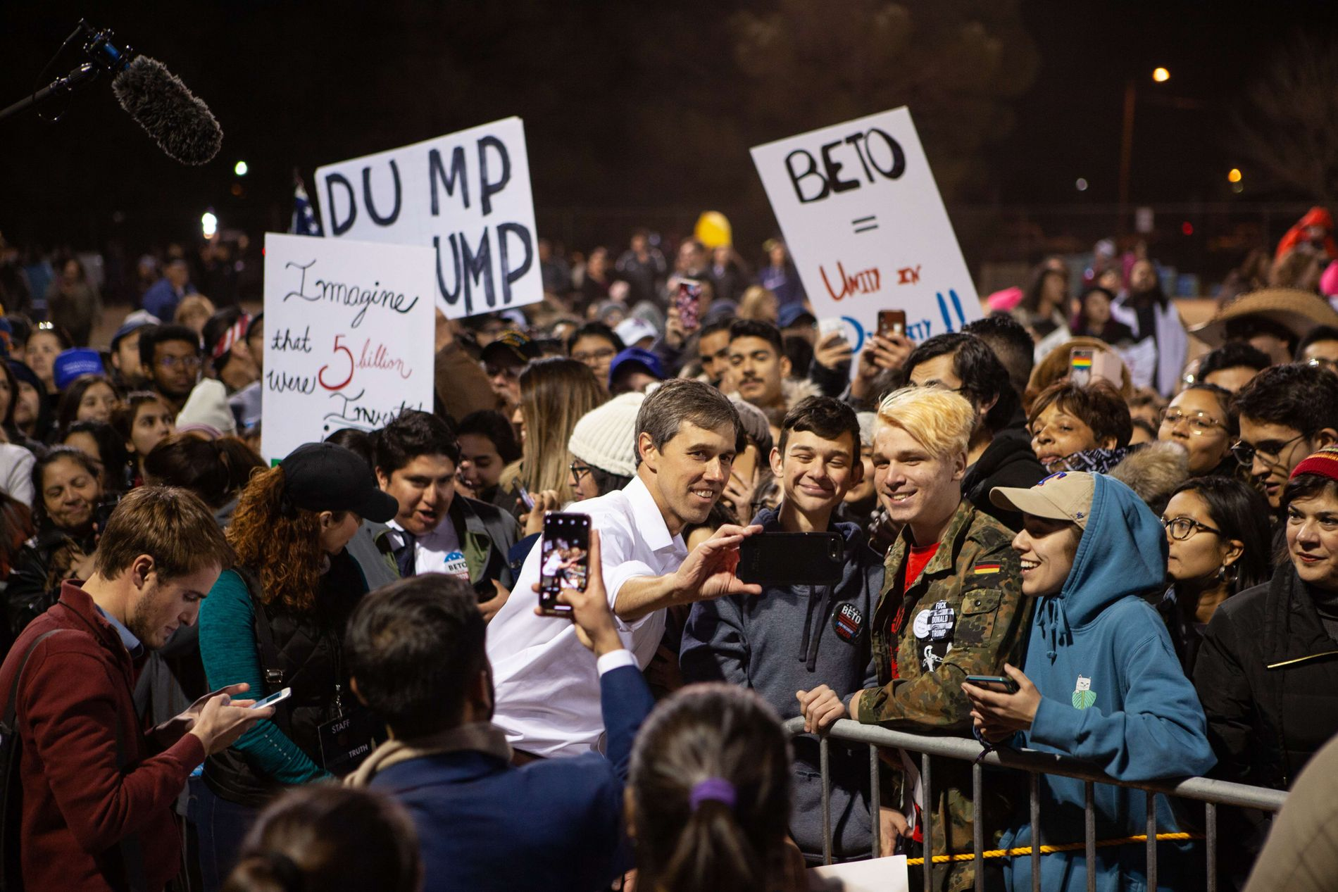 POPULÆR: Beto O'Rourke tar selfier med fans under et arrangement på grensen til Mexico i februar.