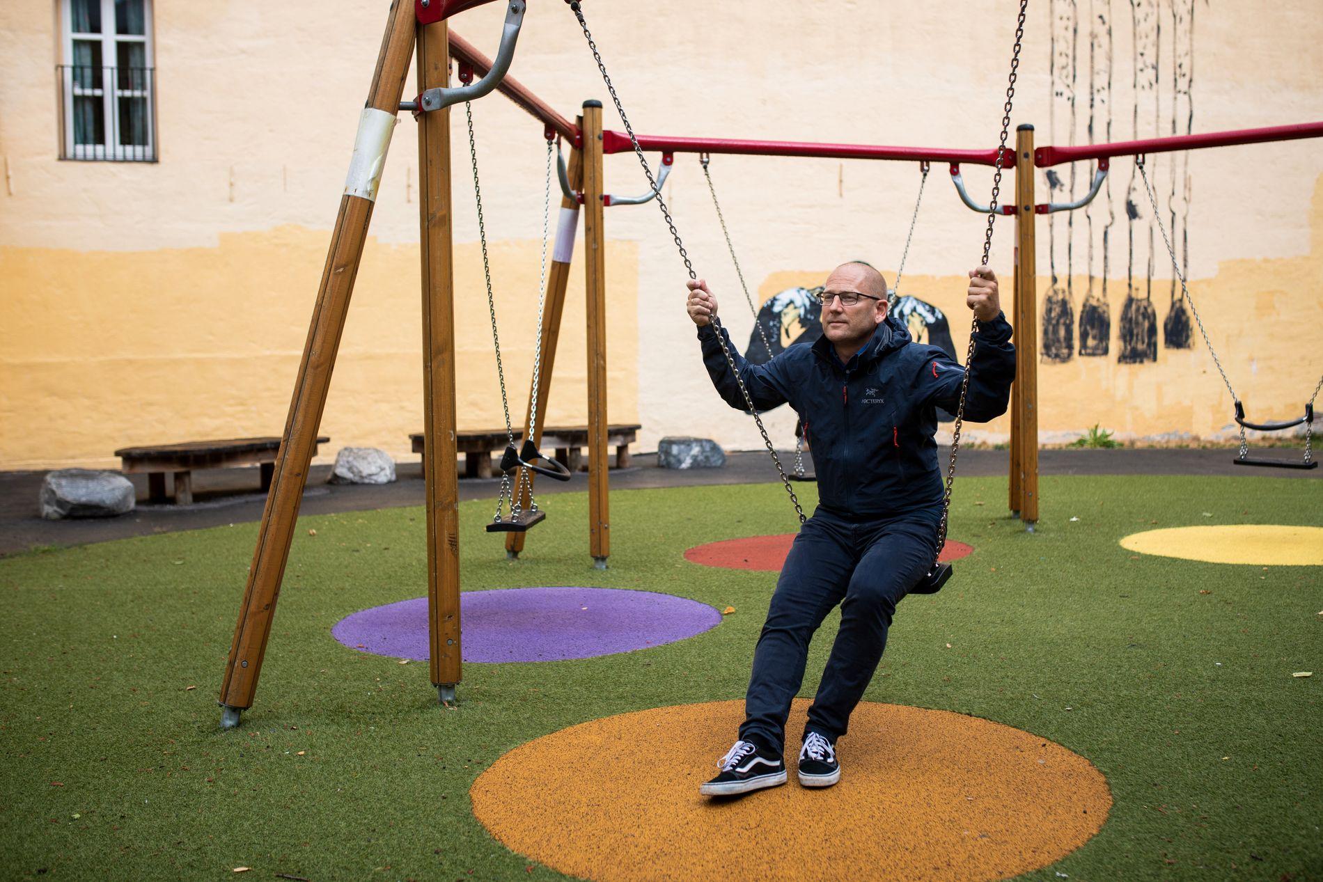 LEK I SENTRUM: Leder Steffen Handal i Utdanningsforbundet har plassert seg på en huske i skolegården på Møllergata skole i Oslo sentrum. Han etterlyser at elevene leker ikke bare i friminuttene, på aktivitetsskolen og SFO, men også i skoletimene.