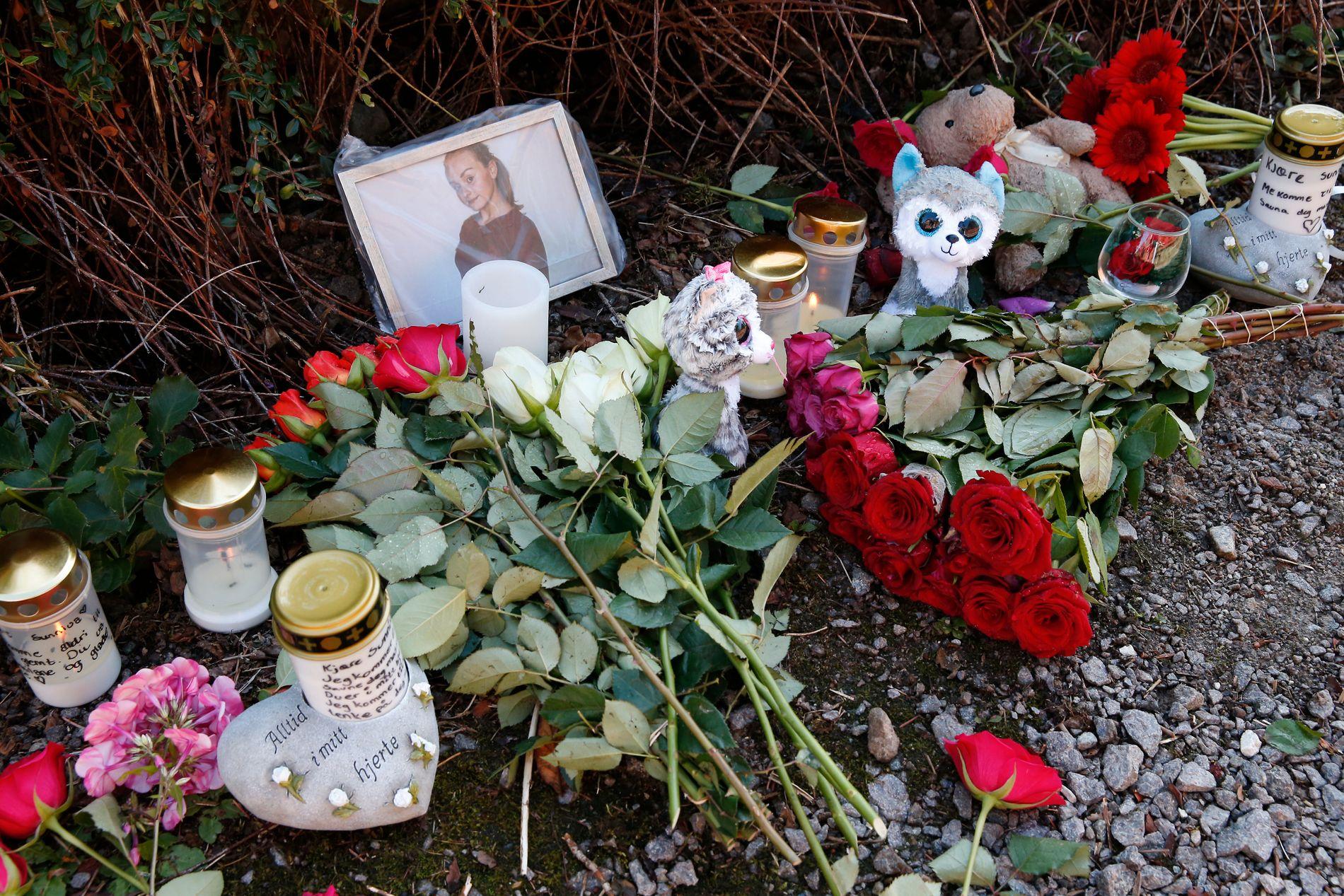 MINNESTED: Blomster, bamser og lys ble lagt ned på stedet etter at Sunniva Ødegård (13) ble funnet drept på Varhaug i juli i fjor.