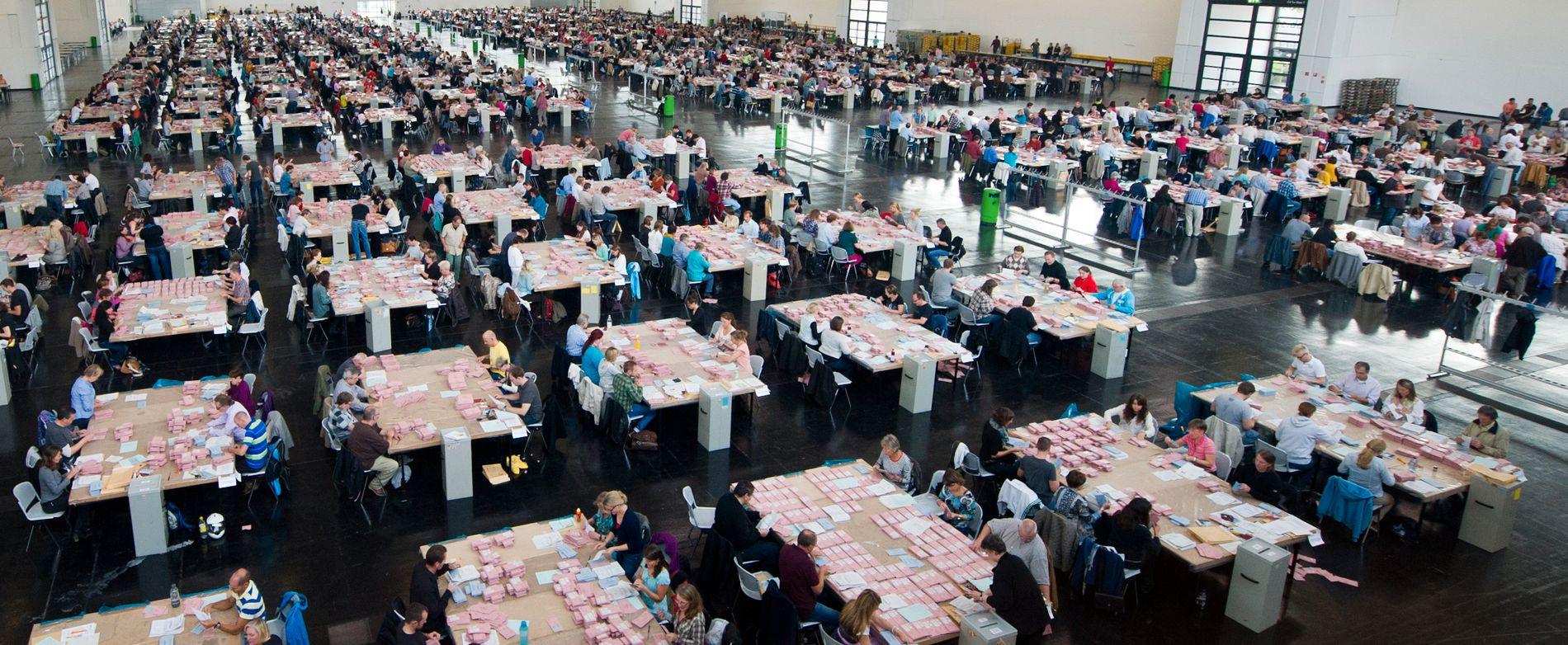 STEMMETELLING: Frivillige valghjelpere teller opp stemmer i München i forbindelse med forbundsdagsvalget i 2013.