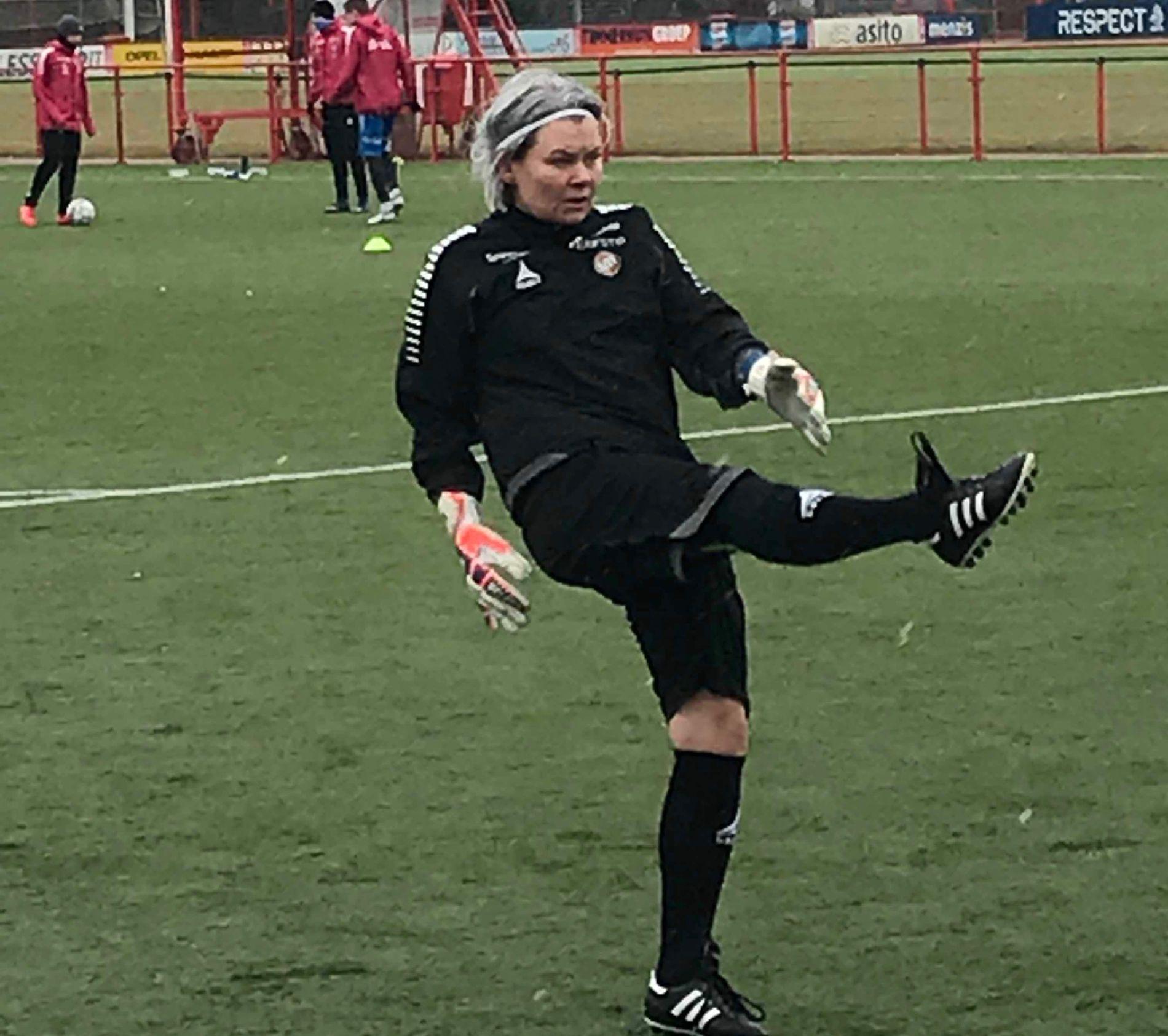 ÉN AV GUTTA: Merete Johansen, her i aksjon under oppvarmingen før en kamp for Tromsø 2 i forrige uke, trives som trener for herrespillerne.