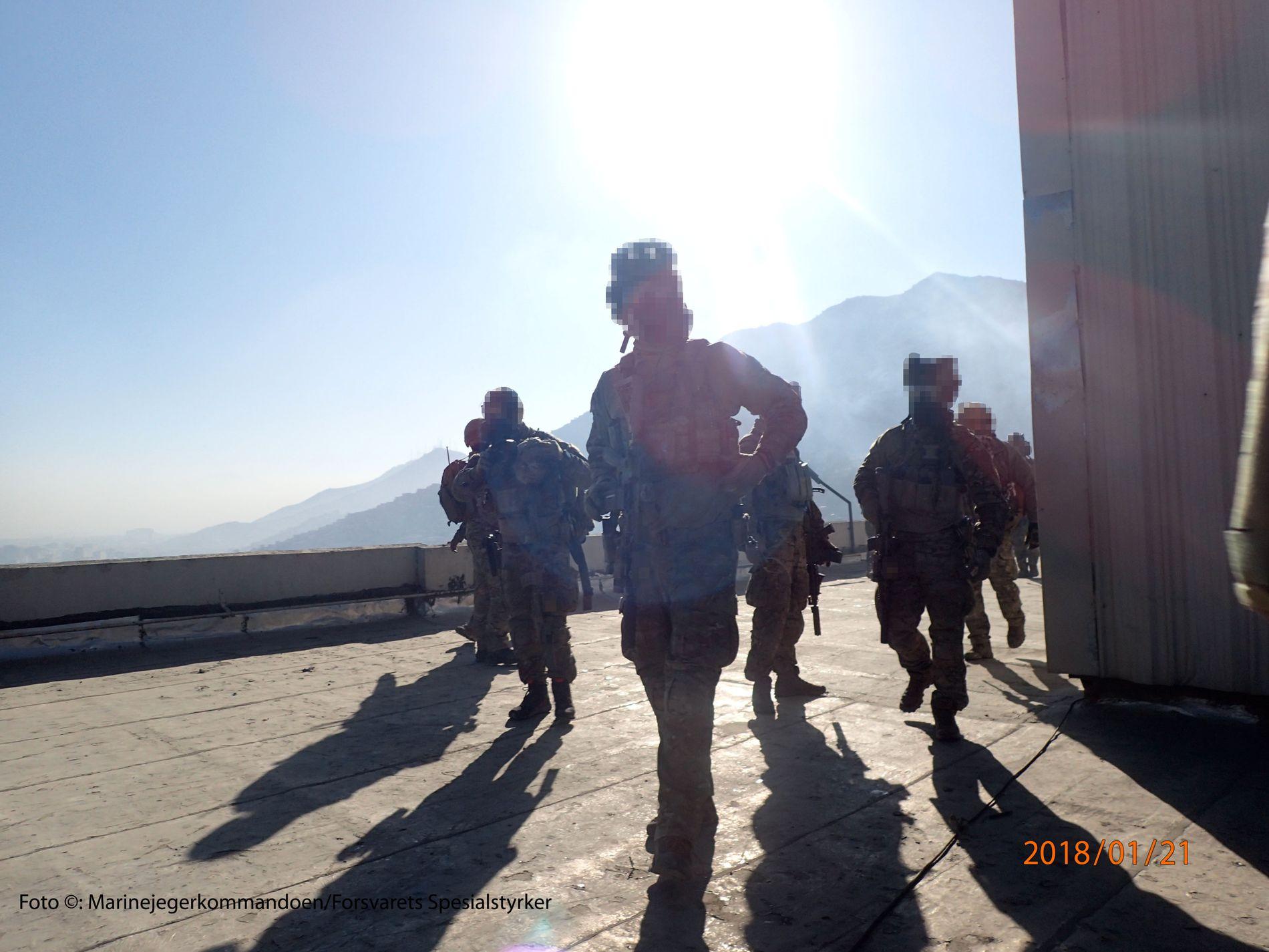 TERROR: CRU og marinejegere på taket av hotellet mot slutten av hendelsen.