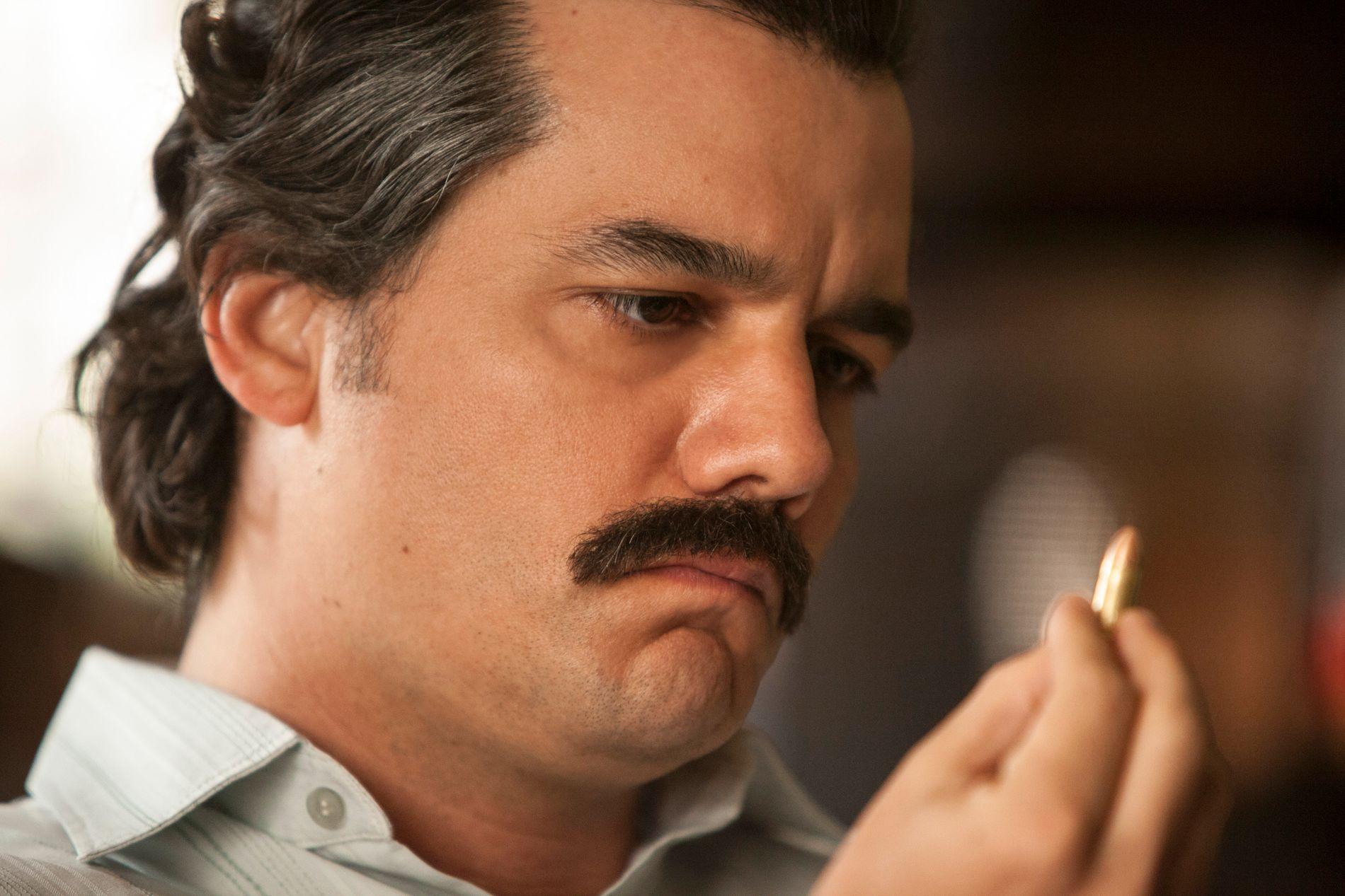 NARKOKONGE: Wagner Moura spiller Pablo Escobar i «Narcos».