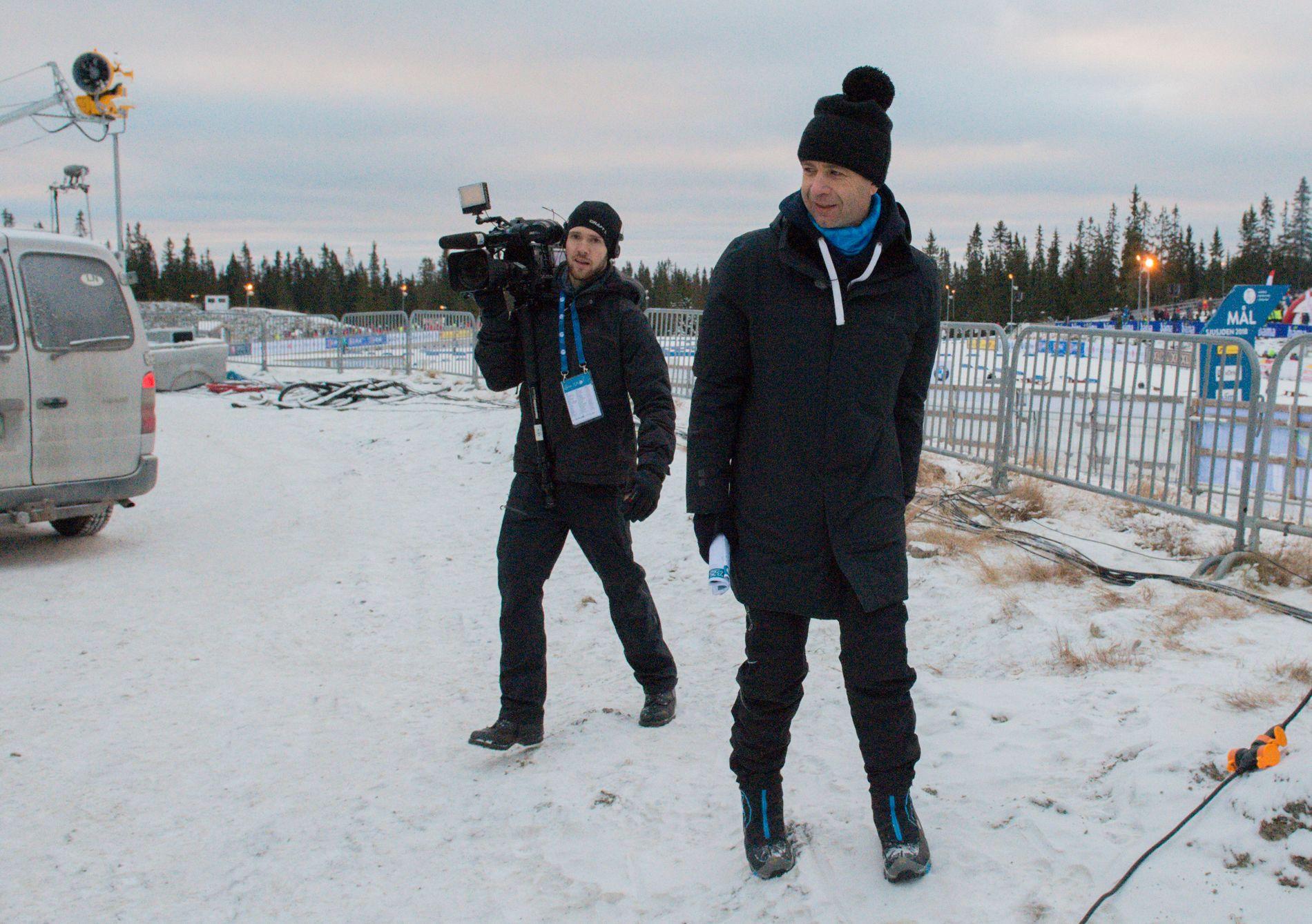 NÅ SOM EKSPERT: Ole Einar Bjørndalen hadde sin første dag på jobb som ekspert for TV 2 under sesongåpningen for skiskytterne på Sjusjøen.