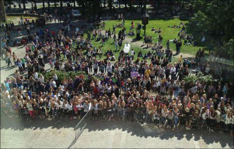STORT OPPMØTE: FLere av Biebers fans hadde møtt opp utenfor lokalet hvor pressekonferansen holdt sted. Foto: MATHIAS JØRGENSEN/ VG