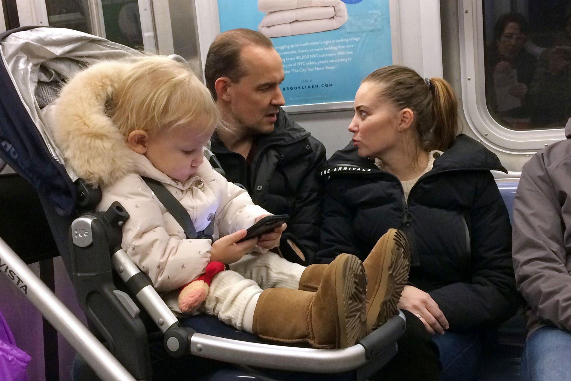 ROPER VARSKO: To store Apple-investorer krevde i vinter at bransjen selv tar grep mot den økende bruken av skjerm blant barn og bekymringene for hvilke konsekvenser mobiler, nettbrett og sosiale medier kan ha  på barn og unge.  (Illustrasjonsfoto)
