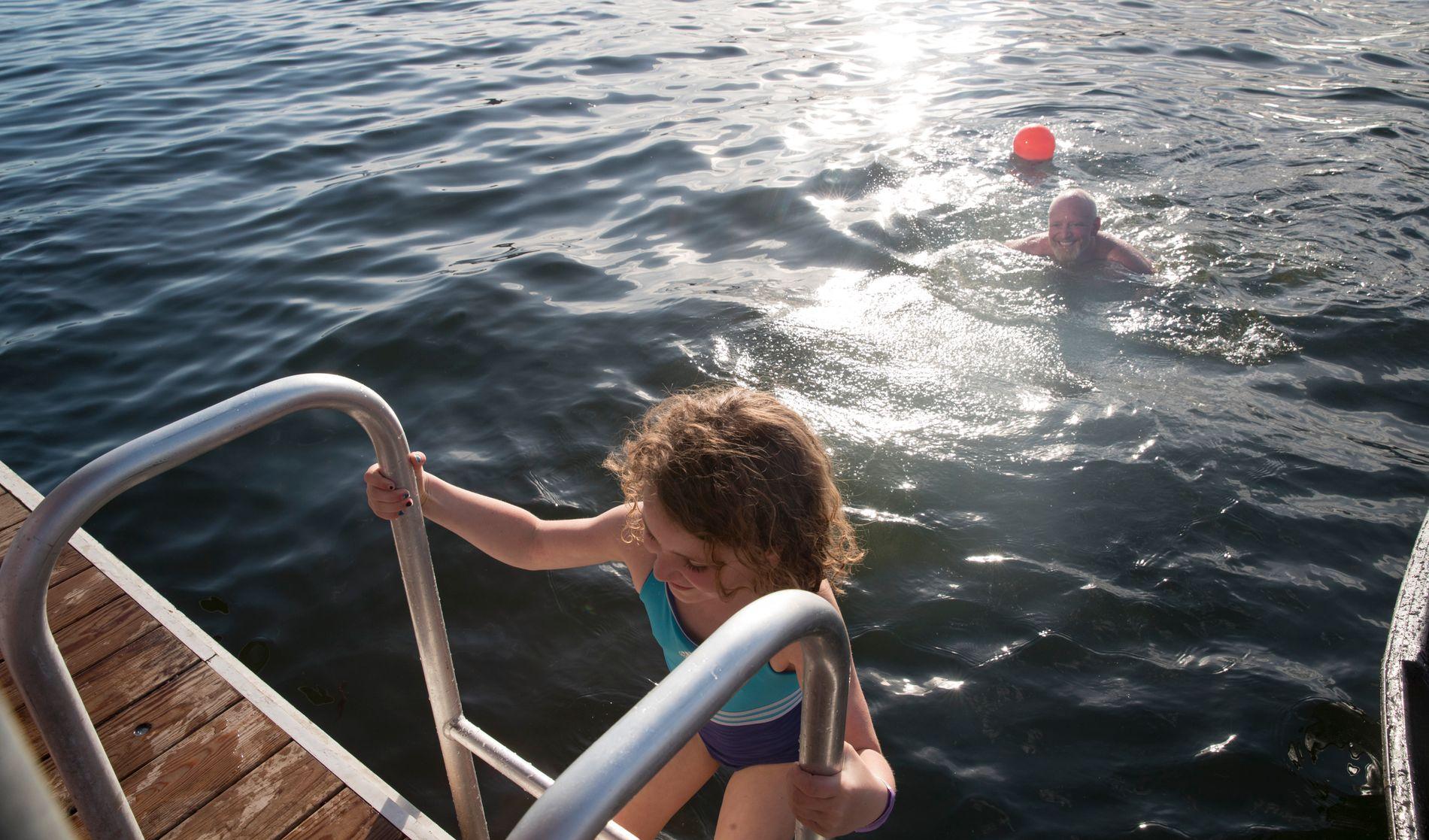 PÅSKEBADET: Henning Svendsen og Tirill Wakim Svendsen på 7 år tok seg påskeaften et bad på Sørenga i Oslo.