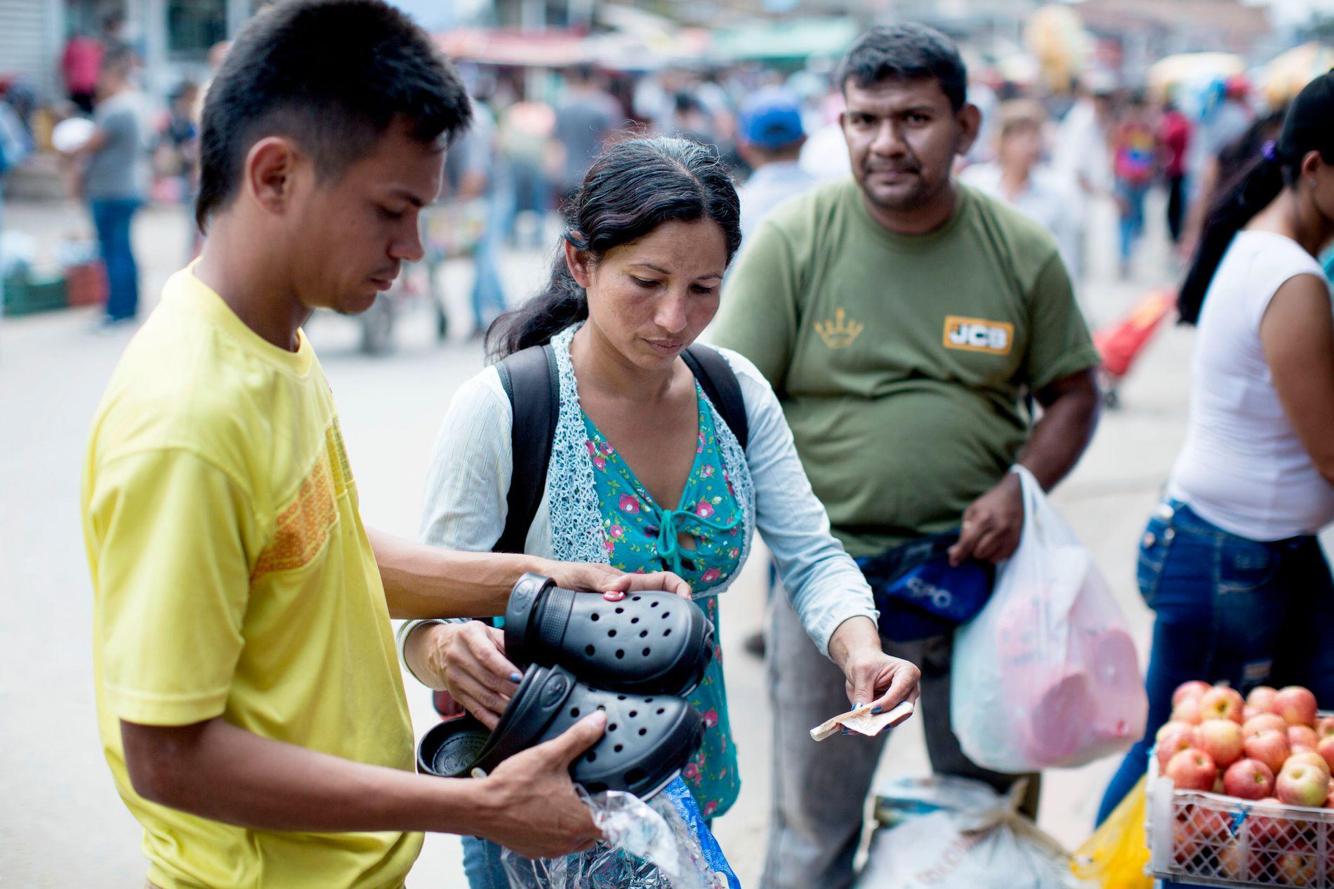 BLAR OPP: Ekteparet kjører crocs som de tar med seg tilbake til Venezuela. Alt er billigere i Colombia.