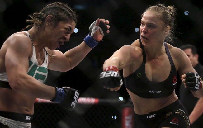 RÅSKINN: Ronda Rousey (t.h.), her i ferd med å gjøre kort prosess med Bethe Correia, har knust all motstand i MMA-buret.