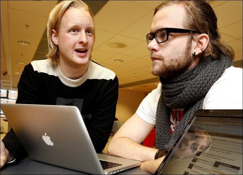 FACEBOOK-IRRITASJON: BI-studentene Jesper Stokke (22, t.v.) og Martin Sjøblom Roppestad (23) er frustrerte over endringene på Facebook. Foto: Trond Solberg