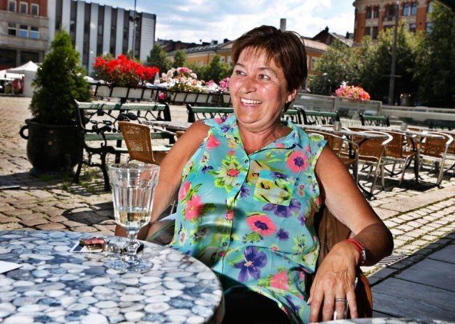 FERIEN ER OVER: LO-leder Gerd Kristiansen var i går tilbake på jobb etter Portugal-ferie. Hun nøt et glass hvitvin i sommervarmen i hovedstaden.