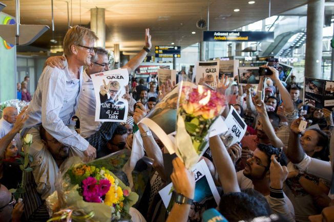 Gardermoen 20140730. Mads Gilbert og Muhammad Abou Arab (t.h.) blir hyllet i det de ankommer Oslo lufthavn onsdag kveld. Legene har arbeidet ved Shifa sykehuset i Gaza under svært vanskelige forhold. Foto: Vegard Wivestad Grøtt / NTB scanpix