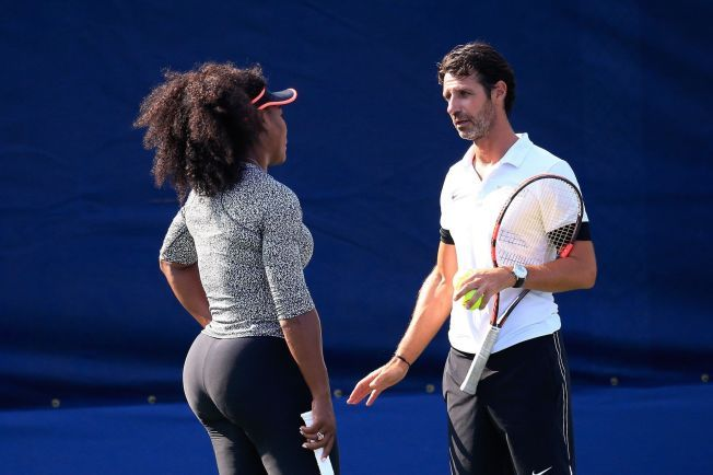 FIRE PÅ RAD: Serena Williams i samtale med trener Patrick Mouratoglou. Vinner amerikaneren US Open, har hun vunnet de fire store Grand Slam-turneringene i 2015.