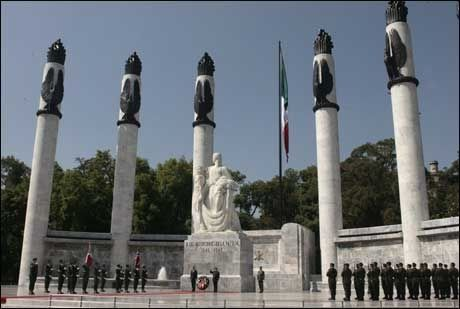LA NED KRANS: Kronprinsparet innledet det offisielle besøket i Mexico ved å legge ned krans ved Nasjonalmonumentet i Mexico City mandag. Foto: Reuters