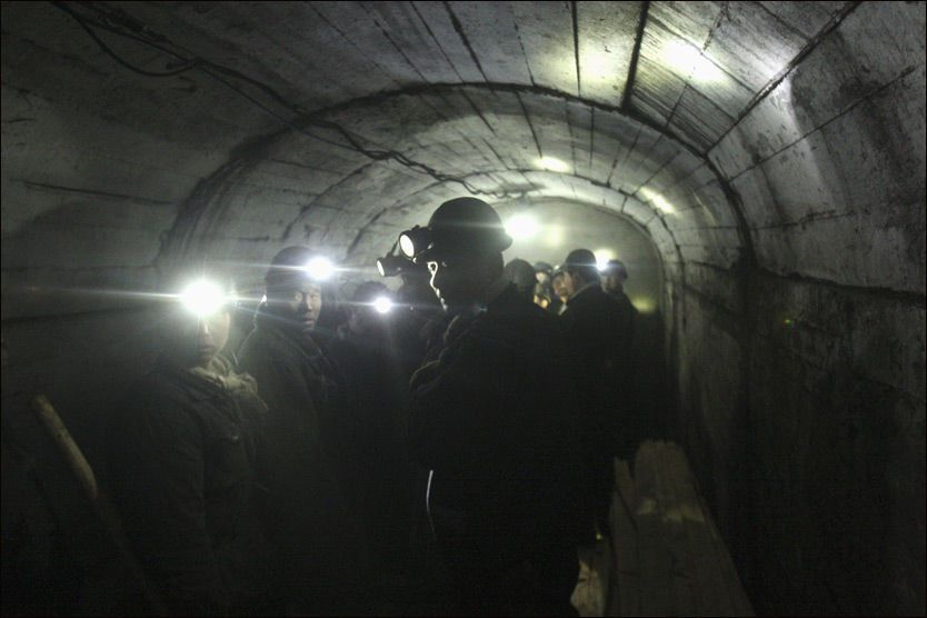 REDNINGSARBEID: Redningsarbeidere venter på å kunne ta seg ned i kullgruven for å lete etter overlevende etter gasseksplosjonen. Foto: Reuters