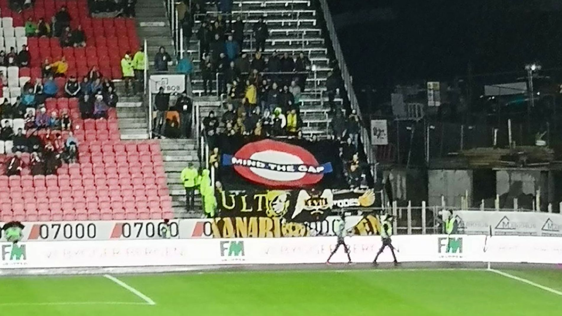 SKAPTE STORM: Det er dette banneret – som Lillestrøm-supporterne holdt opp i annenomgang i kampen mot Brann – som får Fotball-Norge til å reagere sterkt