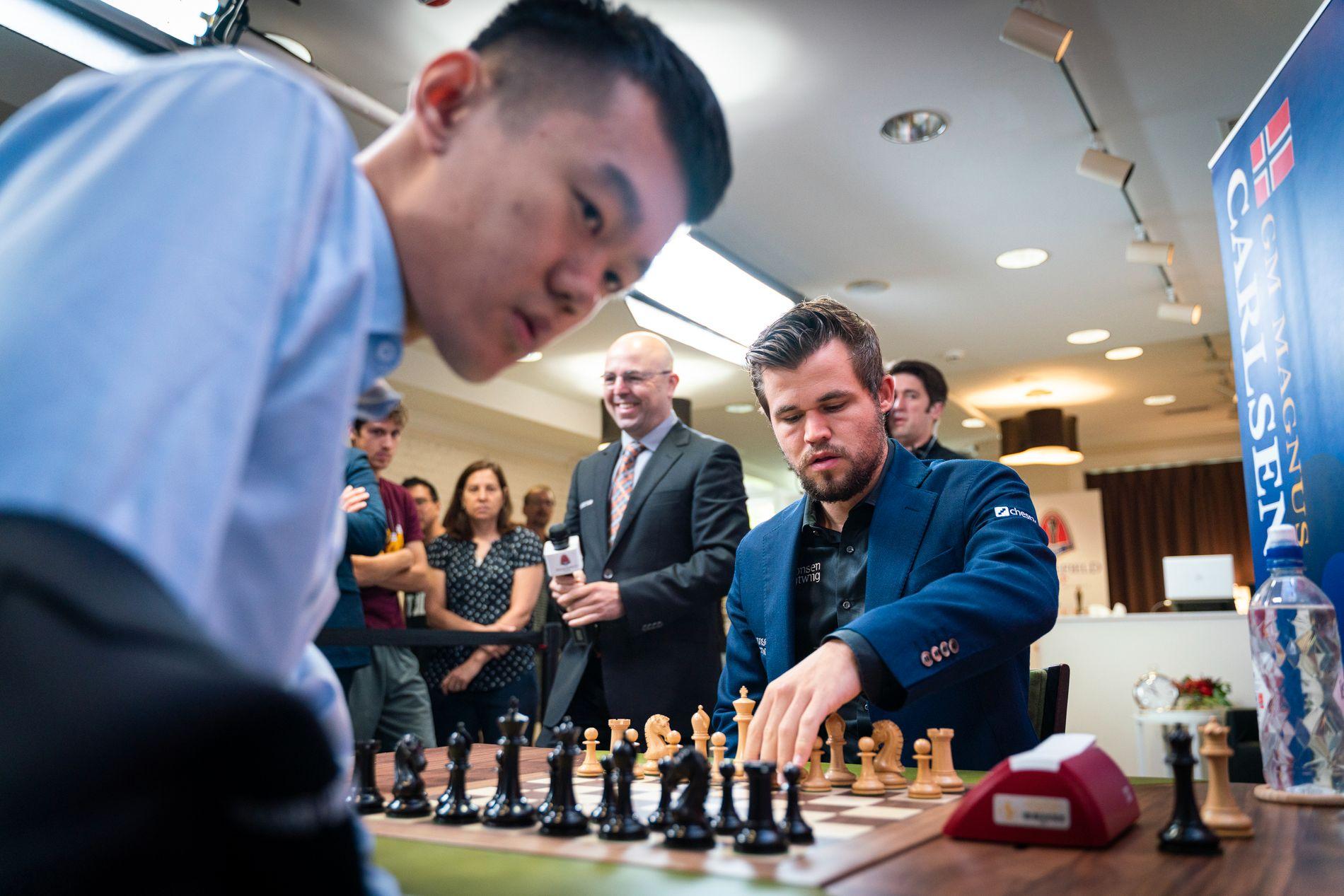 PLAYOFF: Ding Liren (t.v.) og Magnus Carlsen fotografert i St. Louis torsdag.