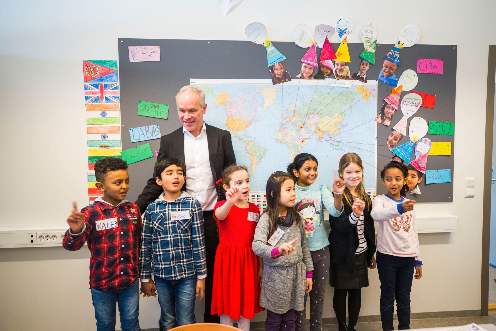 FØRSTE SKOLEBESØK: Jan Tore Sanner kom på sitt første skolebesøk som kunnskaps- og integreringsminister da han møtte elever i en internasjonal klasse på Bondi skole i Asker. Han fant fort tonen med elevene.
