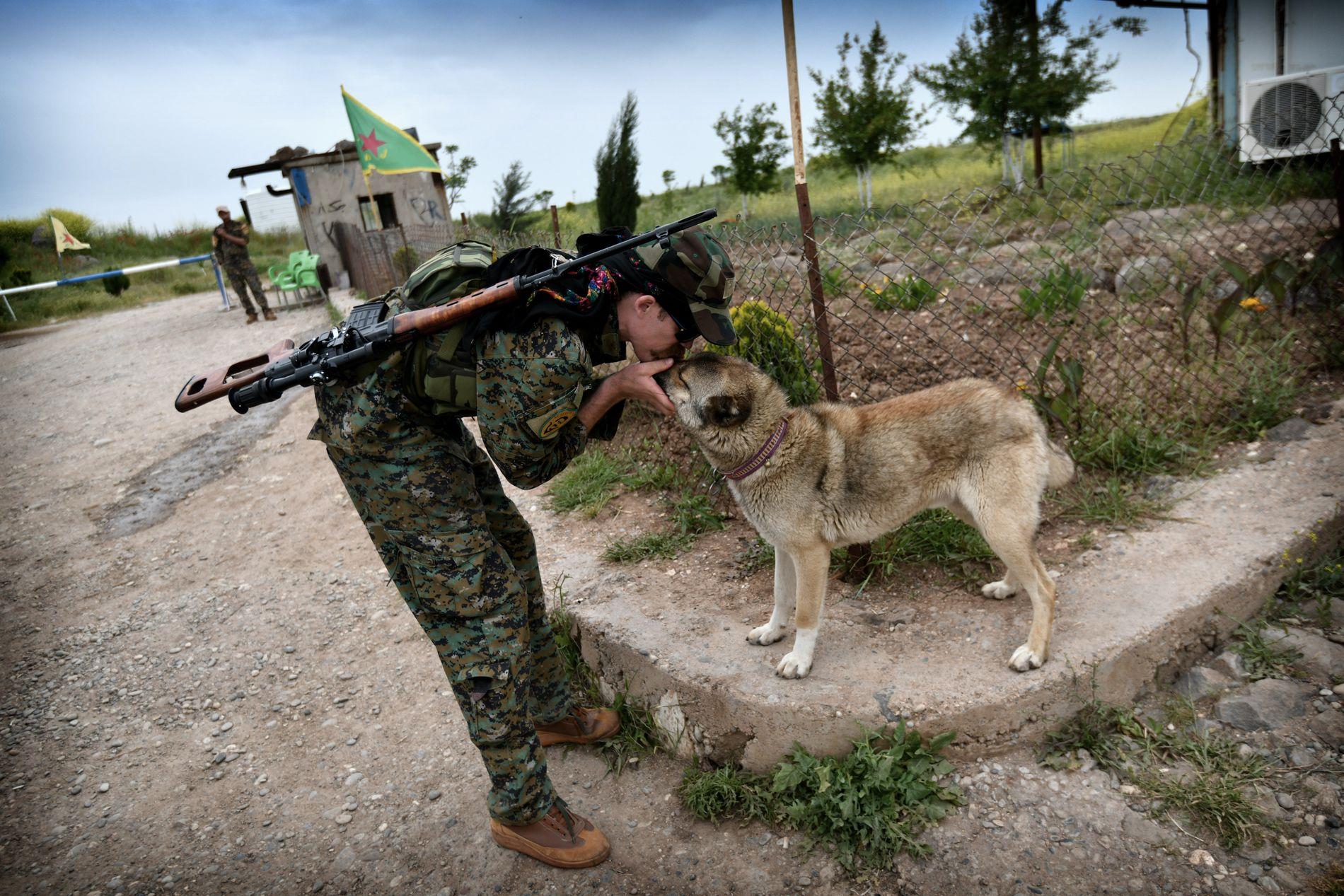 ET LIV MED KRIG: Gulbrandsen har vært med ulike kurdiske militser i Irak og Syria siden 2015.