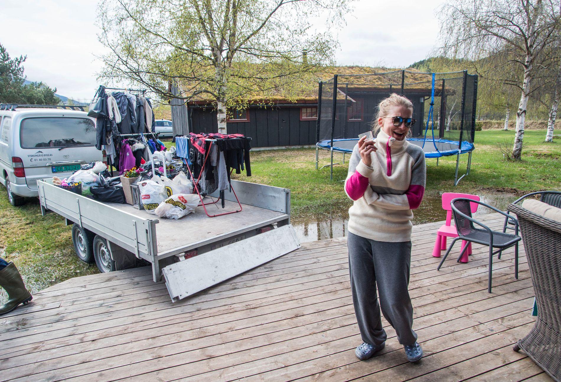 STABLER EIENDELER: Randi Beate Stenumgård ble vekket av brannmannskaper og fikk reddet ut eiendeler fra hytta.