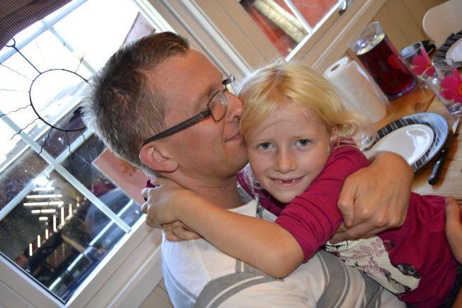 BLE FRISK: Thomas Overvik sammen med datteren Elina Aurora (7). Elina ble født i 2006, mens Thomas var alvorlig syk med ME. Det første året klarte han nesten ikke holde datteren. Samtidig måtte hans kone Annette stelle både en nyfødt baby og en syk mann.