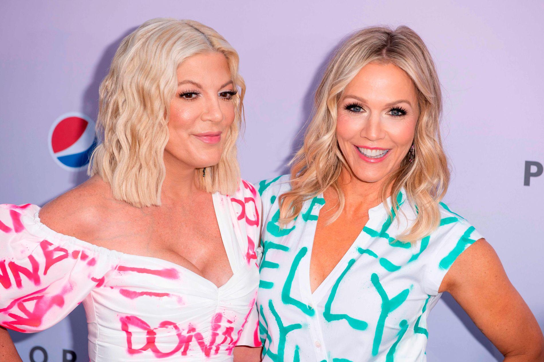 TV-VENNINNER: Tori Spelling (t.v.) og Jennie Garth på førpremieren i Los Angeles 3. august.