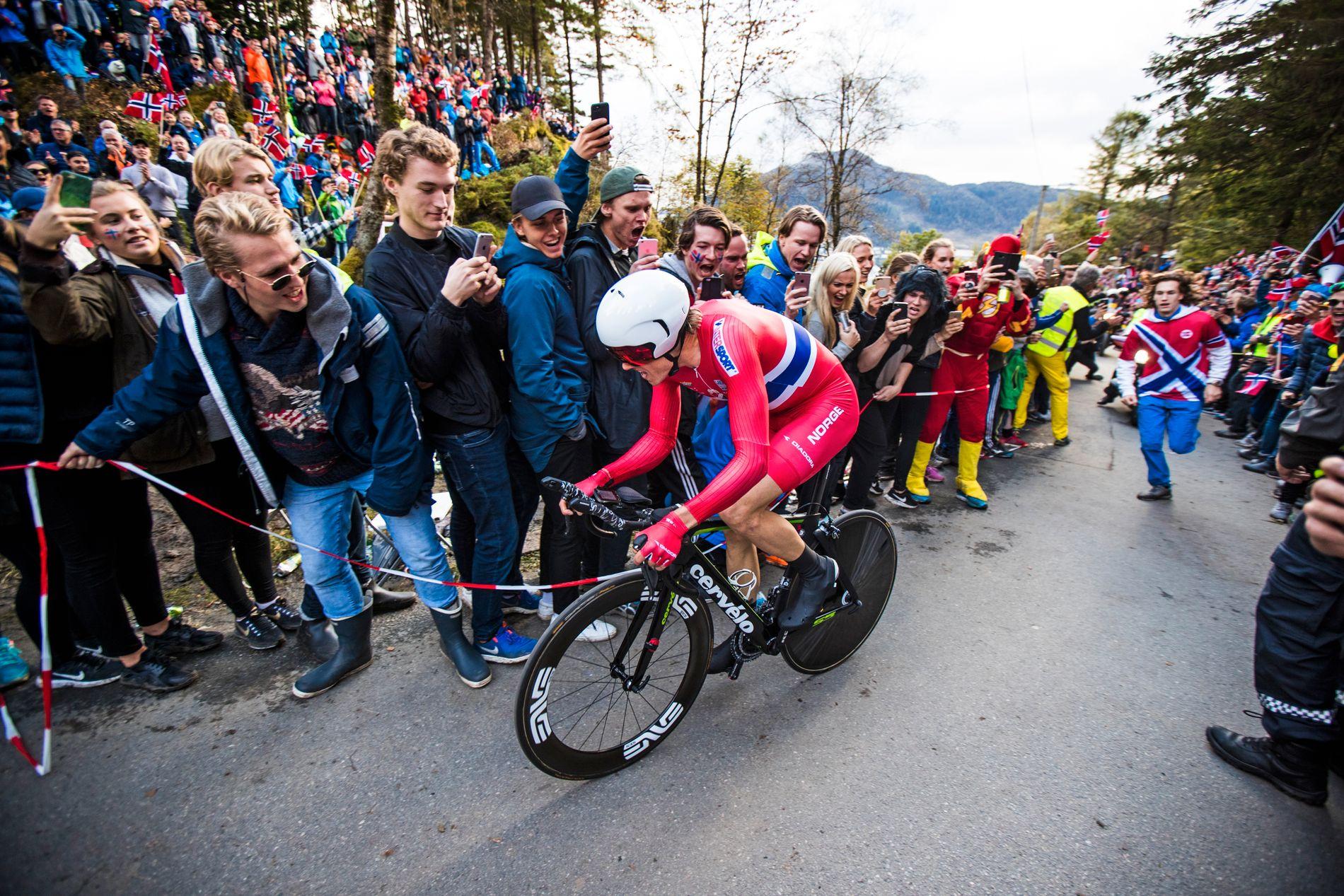 FOLKEFEST: Men etter den søte kløe, kom den vonde svie. Her er Edvald Boasson Hagen i gang på tempoen under mesterskapet høsten 2017.