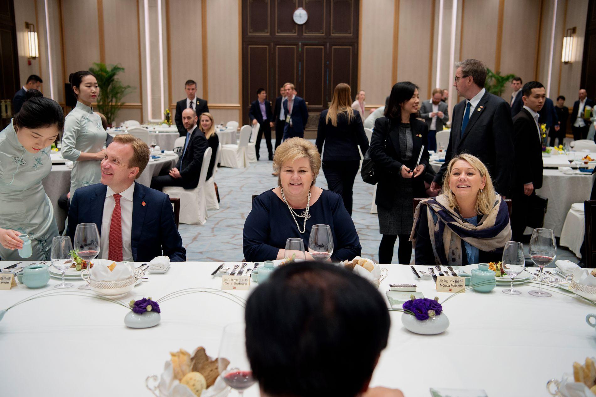 KINA-TUREN: Statsminister Erna Solberg, næringsminister Monica Mæland og utenriksminister Børge Brænde var i Kina i april for å gjenoppta normale relasjoner. Nå vil et statseid anleggsselskap bygge vei og bruer i Norge.