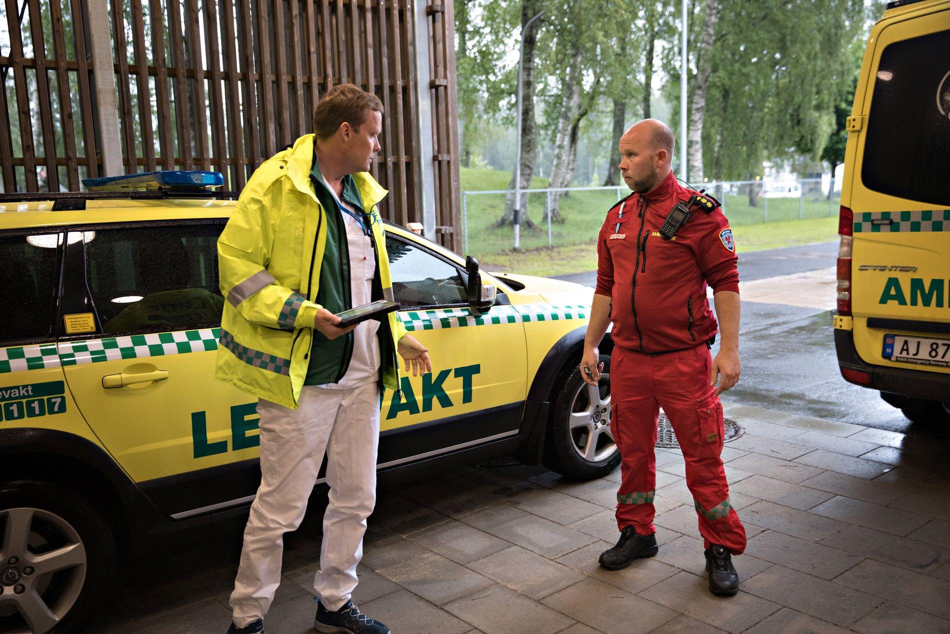 HELSEPERSONELL: Espen Storheier (gul jakke) og Hans Erik Ringnes er sterkt kritiske til at eldre pasienter fraktes ut av sykehus på natten.