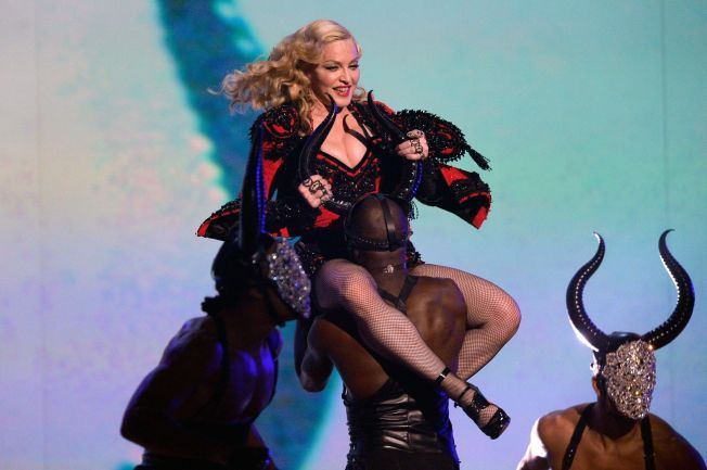 FREKT SHOW: Madonna på scenen med låten «Living For Love» under Grammy Awards i Los Angeles i februar.