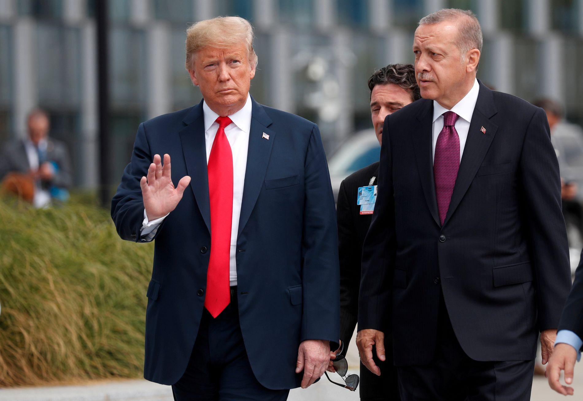 GIR TYRKIA JOBBEN: Den amerikanske presidenten Donald Trump mener den tyrkiske presidenten Tayyip Erdogan er riktig mann til å bekjempe IS i Syria. Her er de sammen på et NATO-møte i Brussel i Belgia tidligere i år.