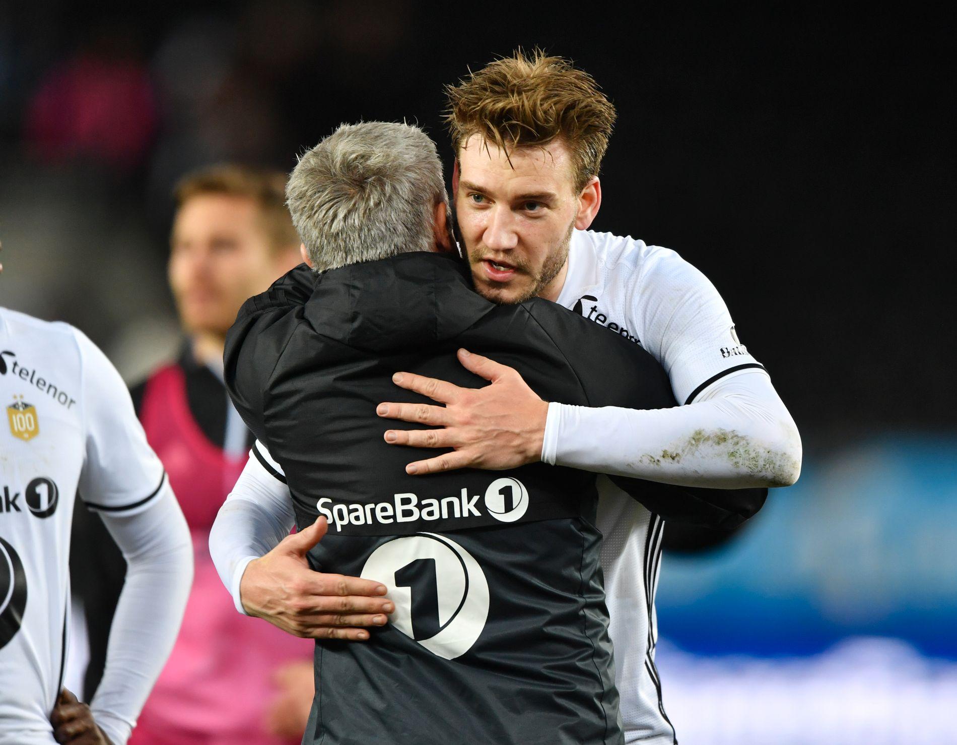 X-FAKTOR: Nicklas Bendtner og Kåre Ingebrigtsen klemte hverandre etter 2-1-seieren mot Molde i 3. serierunde.