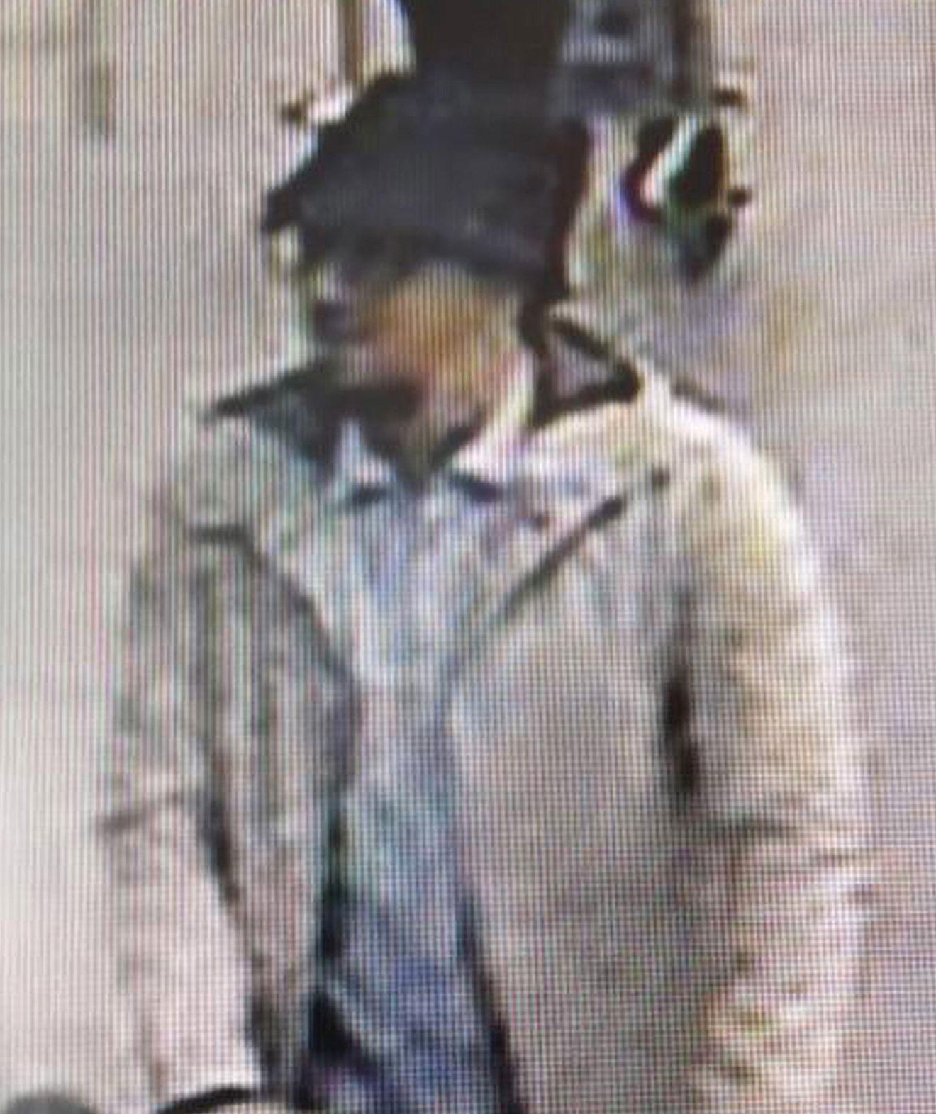 IKKE FUNNET: Mannen med stor hatt og hvit jakke er fortsatt ikke funnet. Politiet har opplyst at de ikke er sikre på hvem han er.