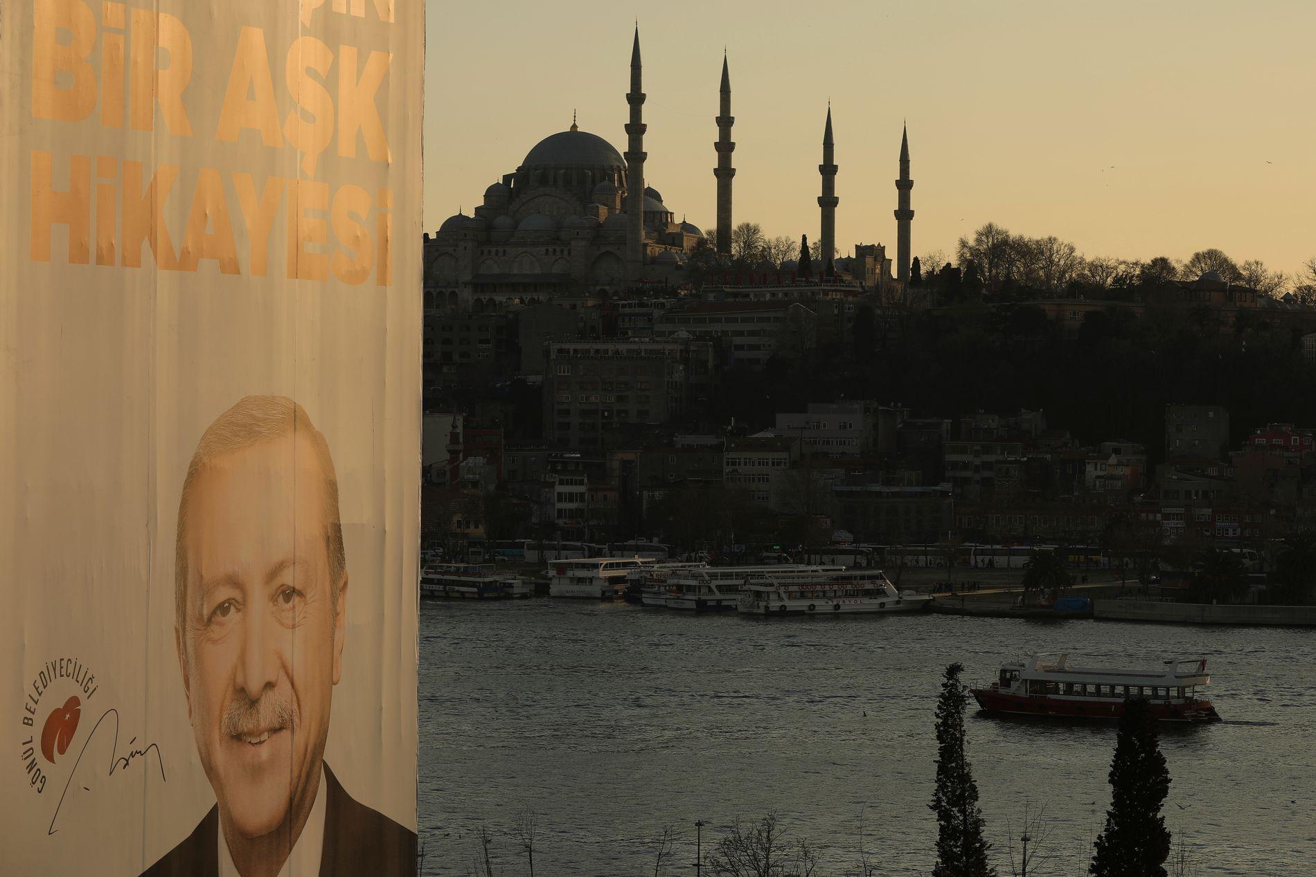 LANDEMERKE: Plakater av Erdogan er å se over alt. I bakgrunnen Ayasofya, Tyrkias mest kjente bygg, som Erdogan vil endre fra museum til moské.