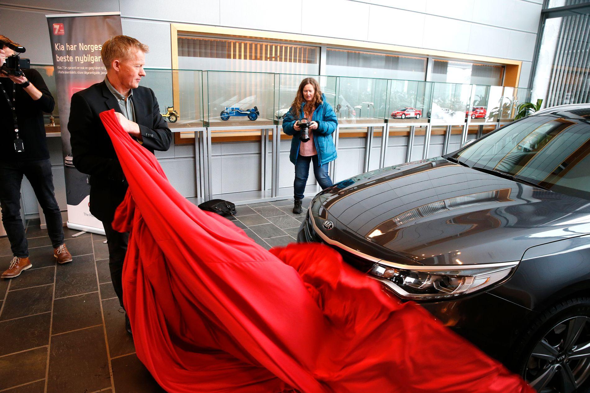 FIKK PREMIEN: Mandag formiddag, dagen etter at han ble feiret som vinner av «Farmen kjendis», kunne Pål Anders Ullevålseter ta imot en splitter ny bil av merket Kia.