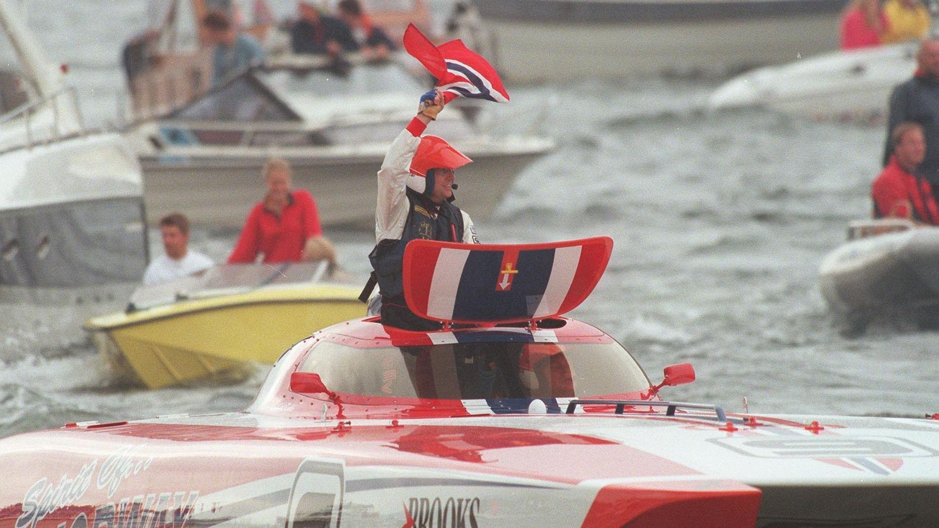 LIKER FART: Kjell Inge Røkke konkurrerte tidligere fremgangsrikt innen offshore båtracing. Her hever han det norske flagget etter å ha slått sine konkurrenter i Oslo Gold Cup i 1997.