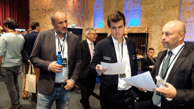 MED MANAGEREN: Magnus Carlsen og Espen Agdestein (til venstre) sjekker status under hurtigsjakk-VM i Berlin, Tyskland, i oktober.
