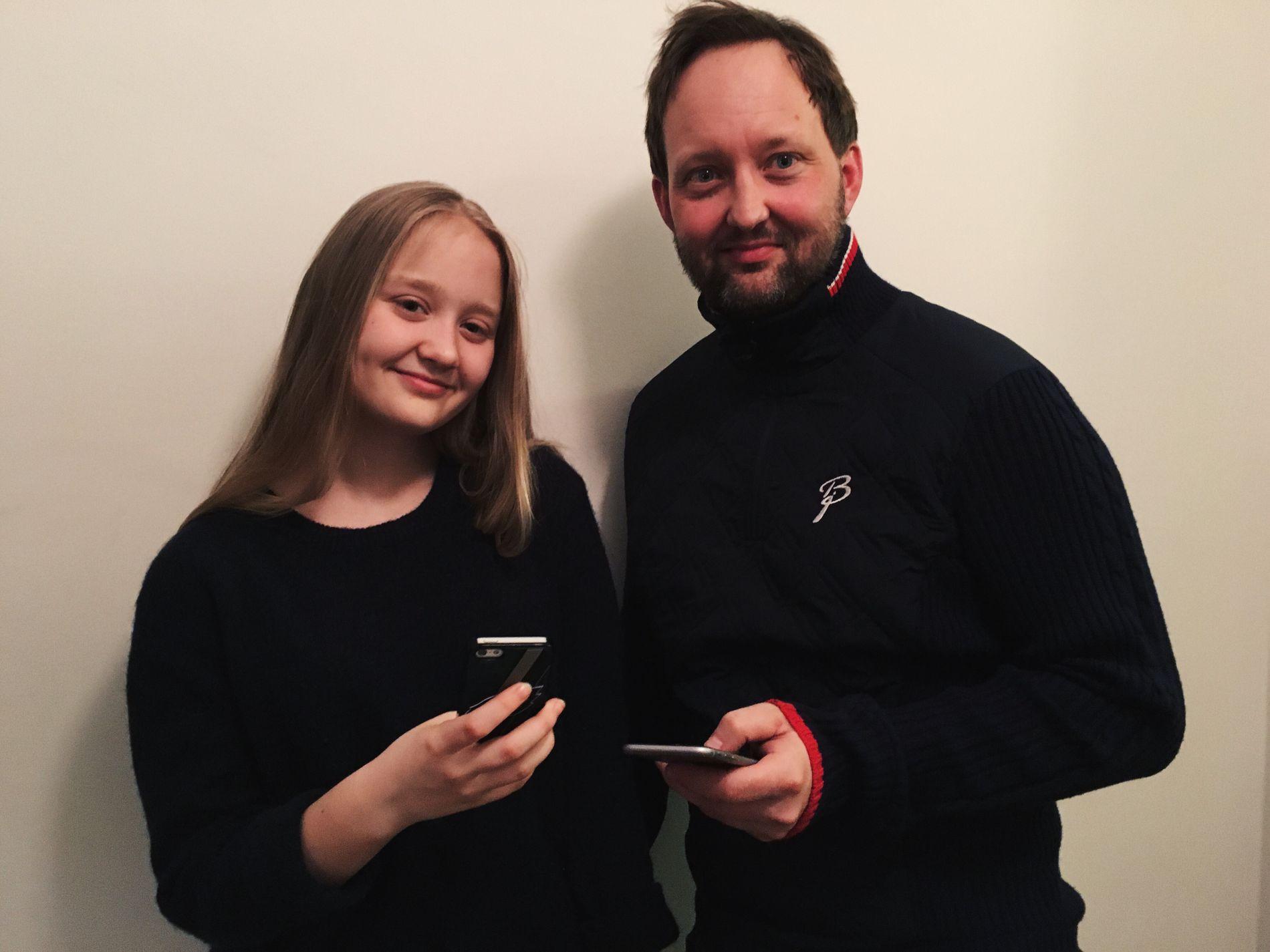 FAR OG DATTER: Kaysa (15) og pappa Jens Finsrud (41) legger ikke skjul på at mobilene deres stjeler mye oppmerksomhet. Men de vil at den skal stjele mindre av søvnen deres.