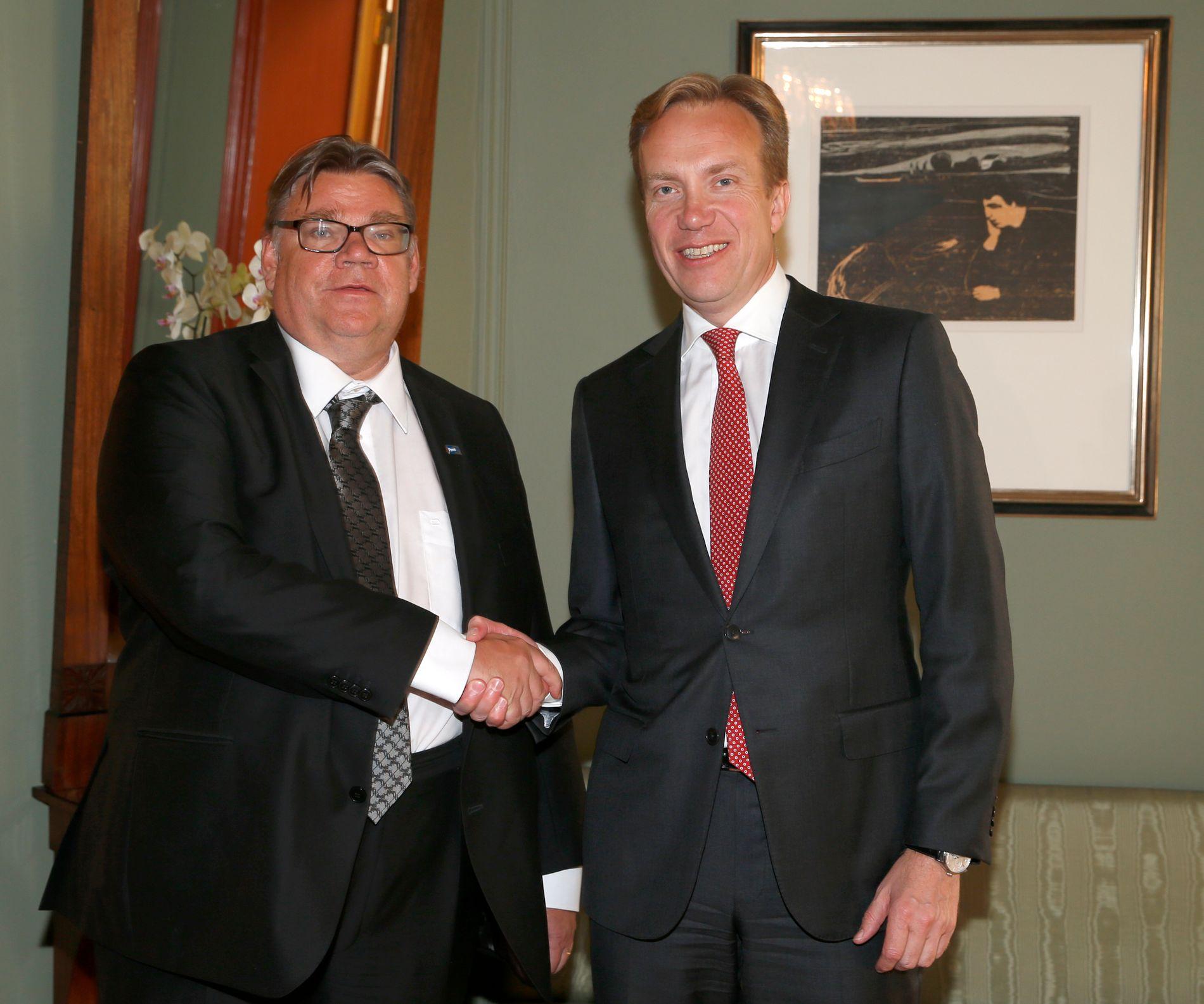 SANNFINNE: Utenriksminister Børge Brende (H) t.h. møter sin nye finske kollega Timo Soini i Oslo i 2015.  Timo Soini er leder og en av stifterne av partiet Sannfinnene.