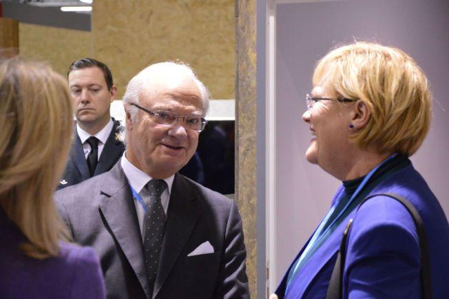 LØSNINGSORIENTERTE: Kong Carl Gustaf av Sverige og Cicero-leder Kristin Halvorsen tok en prat under klimakonferansen i Paris.