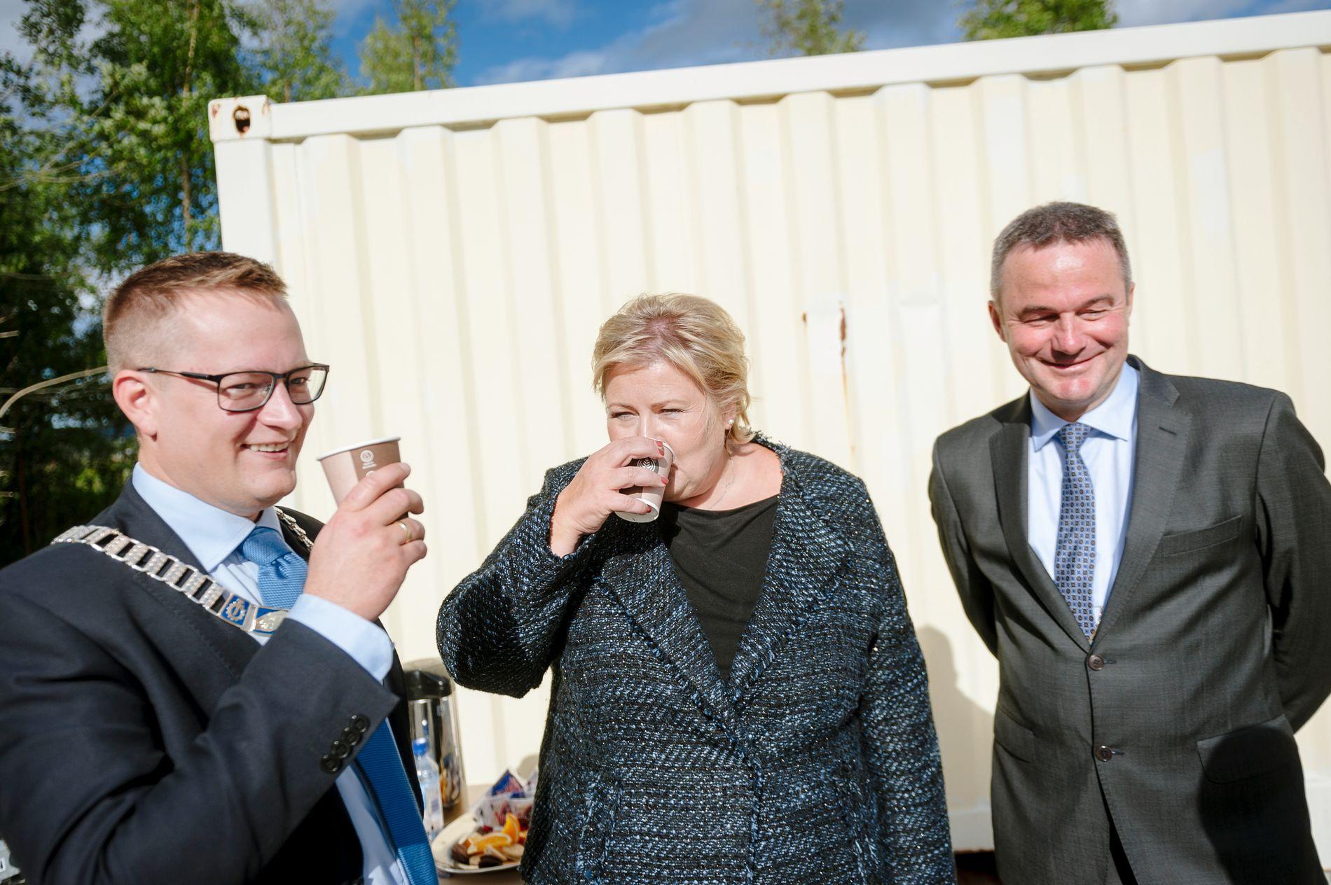 KAFFEKOS: Ordfører Ivar Vigdenes (Sp) sammen med statsminister Erna Solberg (H) og fungerende varaordfører i Stjørdal, Rune Larsen.